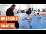 小男孩萌力爆發:天下沒有踢不破的板子!(中英字幕) (Little Boy Trying To Break Board In Taekwondo) Image